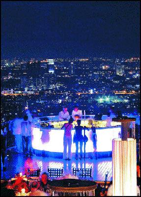 LUFTIGE SAKER: Høytsvevende Sirocco restaurant og bar 63 etasjer over Bangkoks gater er bare en av verdensbyens mange luftige in-steder. Ikkeno' for folk med høydeskrekk. Foto: Camera Press Foto: