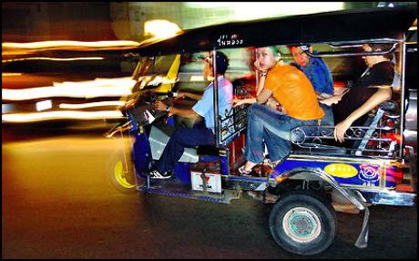 TUK-TUK: Mini-drosjene er billige og populære blant turister i Thailand, og kommer fram overalt, men husk å avtale pris på forhånd - ellers kan det bli dyrt. Foto: Thomas Andreassen