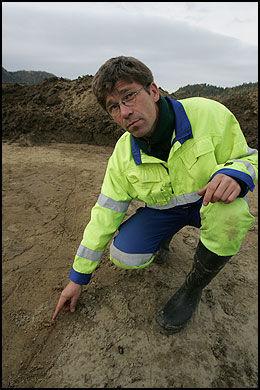 TIDLIGERE FUNN: Arkeolog Knut Paasche undersøker restene av en vikinggrav som arkeologer fant ved Nordheim gård i Hedrum i Larvik høsten 2006. Foto: Peder Gjersøe/Scanpix
