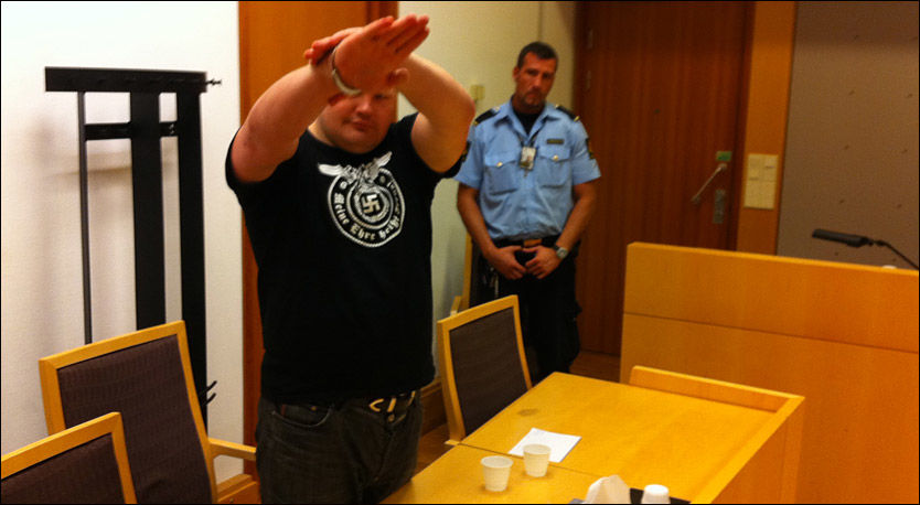 HYLLET NAZISMEN: Slik fremstod den russiske nazisten Vyacheslav Datsik (33) da han ble ført inn i Oslo tingrett under fengslingsmøtet. Foto: Bjørnar Tommelstad