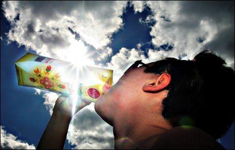 UTEN: Dersom EU-kommisjonen får det som de vil, kan du snart gjøre dette uten å bekymre deg for tilsatt sukker i juicen. Foto: VG