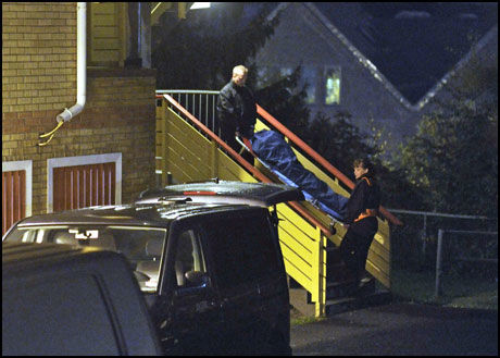 DREPT: Her bærer politiet den 37 år gamle kvinnen ut av leiligheten på Mortensrud. Foto: Scanpix