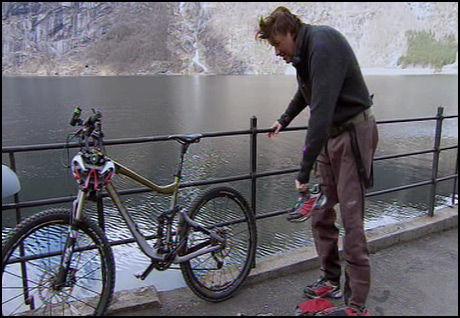 TUNGT: Tom Sandstad etter svømmingen i iskaldt vann - og før han skulle på to hjul. Foto: TVNorge