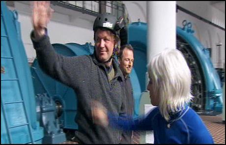 TRIST AVSKJED: Tom Sandstad vinker farvel til programleder Tom Stiansen, Tonnie Lobekk og de andre deltagerne. Foto: TVNorge