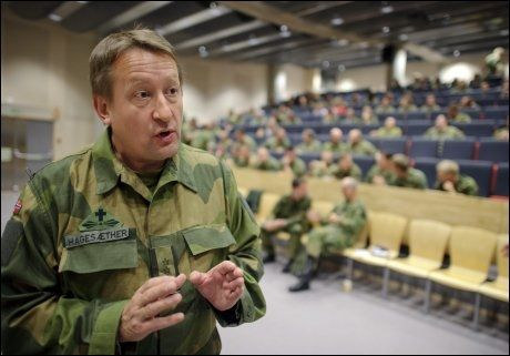 ETIKKSEMINAR: Feltprost i Forsvaret, Alf Petter Hagesæther, på et etikkurs på Rena for soldater i Telemark bataljonen torsdag. Foto: VG