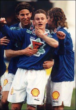 INGEN FEILSKJÆR FOR SOLSKJÆR: Ole Gunnar Solskjær feirer mål mot Hødd 16. mai i 1995. Petter Rudi er førstemann til å gratulere. Foto: Pål R. Hansen