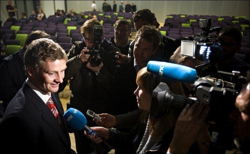 ØNSKET: Ole Gunnar Solskjær, som her blir intervjuet etter et foredrag i 2009, har en høy stjerne i Norge. Foto: Jan Petter Lynau