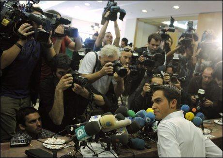 I SØKELYSET: Lokalet i Madrid var fylt til randen av journalister da Alberto Contador skulle forklare seg i ettermiddag. Foto: AFP