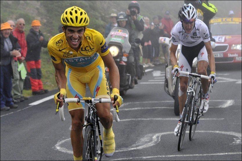 TRIPPEL TOUR DE FRANCE-VINNER: Alberto Contador (27) er regnet som verdens beste i treukersrittene. Her er han i kamp med Andy Schleck på en av de avgjørende etappene i Tour de France 2010. Foto: AFP