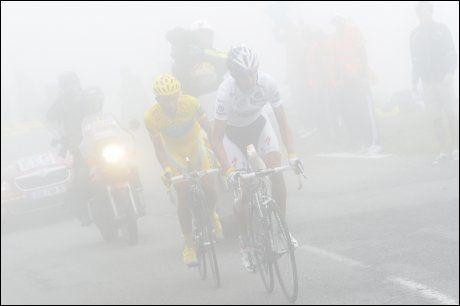 TÅKEHAV: Med unntak av forsøk på et rykk helt på slutten, lå Alberto Contador rett bak Andy Schleck i den tette tåken oppover Col du Tourmalet. Foto: AP