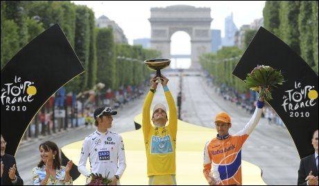 TOPP TRE: Alberto Contador vant Tour de France foran Andy Schleck og Denis Mentsjov. Nå kan Contador miste seieren på grunn av brudd på dopingbestemmelsene. Foto: AP