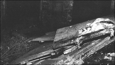 PALLEBEVISET: I den mørke kjelleren var det store mengder med avfall, trefliser og et bål som var bygd opp av ni store paller. Foto: Politiet