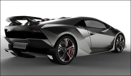 LETT: Hele konseptbilen er bygd i ultralett karbon eller nærmere bestemt et karbonforsterket plastikkarosseri som allerede italienerne har tatt patent på. Foto: Produsenten.