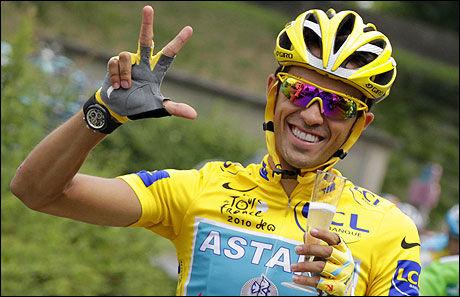 TRIPPELVINNER: Her feirer Alberto Contador sin tredje sammenlagtseier i Tour de France. Bildet er tatt kun få dager etter at spanjolen avla den positive dopingprøven. Foto: AFP