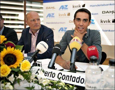 STORE AMBISJONER: Alberto Contador ble presentert som kommende Saxo Bank-rytter 13. august i år. Lageier Bjarne Riis uttrykte naturlig nok store forventninger til den spanske supersyklisten. Foto: AFP