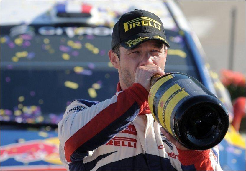 CHAMPIS: Sebastien Loeb ble hyllet av innbyggerne i Oberhoffen sur Moder, der han vokste opp, på vei mot seier i Rally Frankrike og sin sjuende strake VM-tittel. Da måtte han smake på champagnen. Foto: AFP