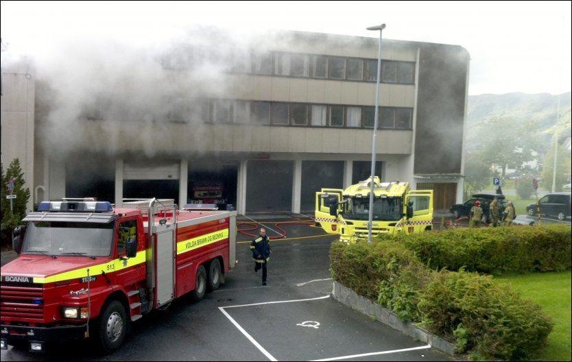BRANN: Brannmannskaper måtte rykke ut til rådhuset i Volda etter en eksplosjon på brannstasjonen som ligger i samme bygg. Foto: Scanpix Foto: