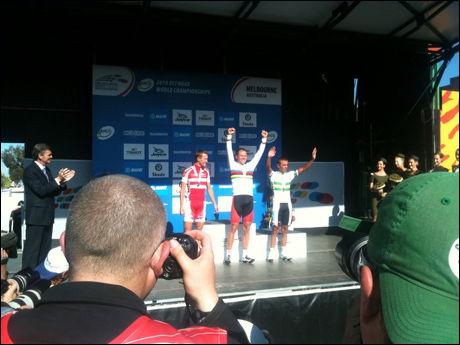 ØVERST PÅ PALLEN: Thor Hushovd mottar medalje og blomster som bevis på at han er verdens beste syklist. Foto: Anders K. Christiansen, VG Nett