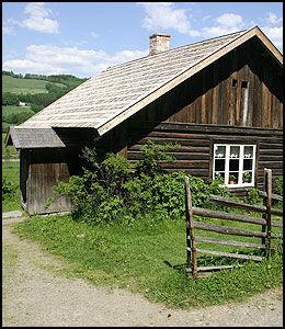 PRØYSENHUSET: I denne stua ble Alf Prøysen født. I dag er Prøysenhuset en av museene under paraplyen Hedmark fylkesmuseum. Foto: Egil Svendsby