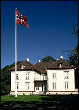 FLAGGET TIL TOPPS: Eidsvollsbygningen får nye 310 millioner for å sette huset i stand til gunnlovsfeiringen i 2014. Foto: Aune Forlag/Scanpix