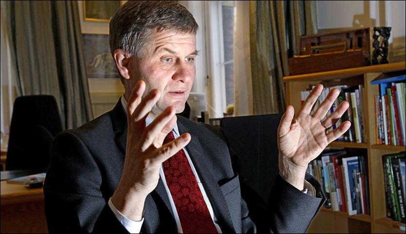 SLÅR TILBAKE: Erik Solheim er uenig i at regjeringens forslag til statsbudsjett for 2011 er kaldt. Foto: Jan Petter Lynau.