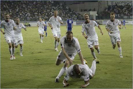 EKTE GLEDE: John Carew kaster seg ned i ren glede mens medspillerne kommer stormende til for å delta i feiringen. Foto: Scanpix