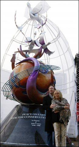 LIVERPOOL: Lennons første kone Cynthia og deres sønn Julian feiret rockestjernen i Chavasse Park i hans hjemby. Foto: AP
