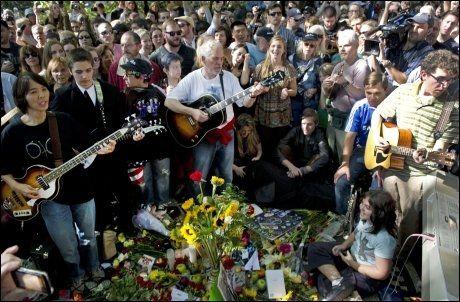 FEIRING: De hundretalls oppmøtte i Central Park sang og danset rundt mosaikkmerket «Imagine». Foto: Afp