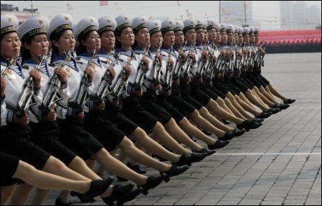 """STRAM LINJE: Hanemarsj i Pyongyang 10. oktober i forbindelse med at """"Lille-Kim"""" ble vist frem. Offisielt er paraden et ledd i feiringen av det nordkoreanske kommunistpartiets 65-årsdag. Foto: AP"""
