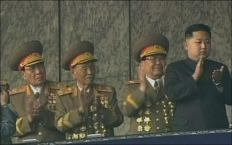 MØTTE FOLKET: Kim Jong Un (t.h) ble vist frem i Nord-Koreas hovedstad Pyongyang sammen med sin far, statslederen Kim Jong Il. Foto: AP Photo/KRT via APTN
