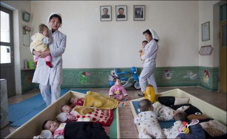 FORTVILET: Barna ligger tett på barnehjemmet for barn mellom 0 og 4 år i Sariwon by som ligger i Nord Hwanghae- provinsen. Barnehjemmet som har kapasitet for 200 barn har 252 barn for øyeblikket. Mange av barna har utslett og sår på kroppen. De nyfødte barna får risgrøt fordi de ikke har tilgang på melk. Foto: Olav A. Saltbones/Røde Kors