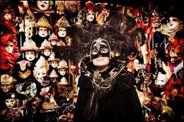MASKER: Håndlagde masker og håndsydde silkekapper er varemerker for Venezia. Her prøver Vgs reporter et eksklusivt antrekk. Foto: KARIN BEATE NØSTERUD.
