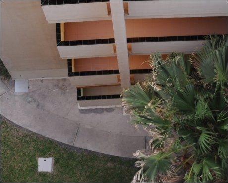 OMKOM: Ved dette leilighetskomplekset på Gran Canaria ble nordmannen funnet død søndag. Foto: Torsten Laursen