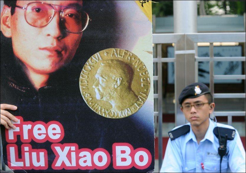 SENSURERT: En støttedemonstrasjon for nobelprisvinner Liu Xiaobo ble holdt utenfor den kinesiske regjeringens kontor i Hongkong mandag. Foto: REUTERS