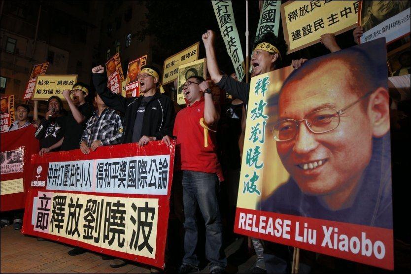 DEMONSTRERTE: I Hong Kong krevde flere at Liu Xiaobo ble løslatt etter at det ble kjent at han fikk fredsprisen. Foto: AP