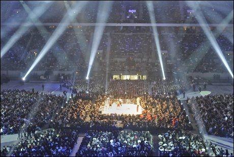 GIGANTARENA: Her bokser Vladimir Klitsjko og Eddie Chambers tittelkamp i Esprit Arena i mars i år. Foto: AP