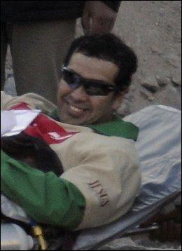 TIL LEGESJEKK: Claudio Acuna ble fraktet til legen med et smil om munnen.