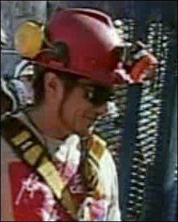 POSTMANNEN: Carlos Bugueno (27) smilte da han kom opp av gruven. Foto: