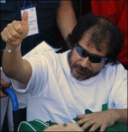 GOD FORM: Dario Segovia (48) nærmest løp ut av kapselen med hendene over hodet da han ble heist opp. Foto: