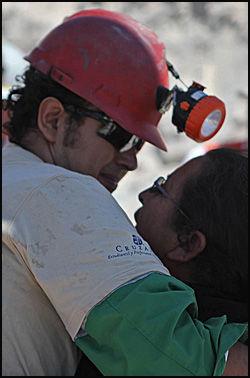 MOR OG SØNN: Daniel Herrera sammen med moren. Foto: AP