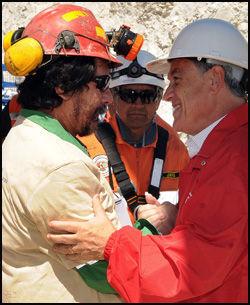 MØTTE PRESIDENTEN: Victor Segovia fikk som alle andre et varmt håndtrykk fra Chiles president Sebastian Pinera da han ble reddet opp. Foto: AP