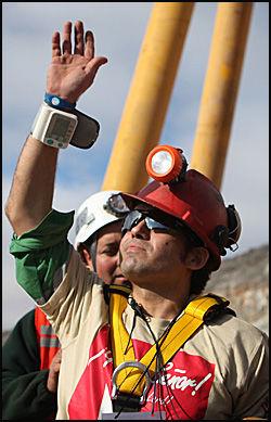 GJELDSFRI: Alex Vega Salazar var den tiende av gruvearbeiderne som ble reddet opp fra San Jose-gruven. Foto: AFP