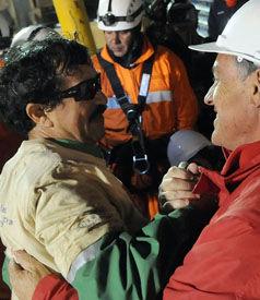 VARM VELKOMST: Juan Illanes får en god klem av president Sebastian Piñera. FOTO: AP.
