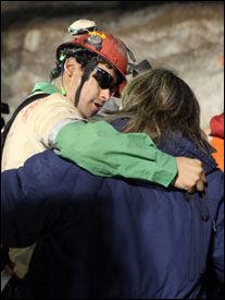 RØRENDE MØTE: Florencio Avalos klemmer en av slektningene som i 69 dager har ventet på å få se ham igjen. FOTO: AP.