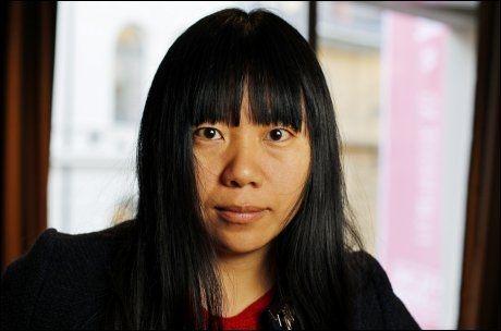 PÅ OSLO-BESØK: - Den kommersielle sensuren svelger alt, sier den kinesiske forfatteren og filmskaperen Xiaolu Guo som er på Oslo-besøk i forbindelse med Film fra Sør-festivalen. - Den politiske sensuren svelger noe. Derfor hater jeg den kommersielle sensuren sterkere enn den politiske sensuren i Kina eller på Cuba. Jeg tror sannheten kanskje befinner seg midt i mellom to land, Kina og USA. Foto: SCANPIX
