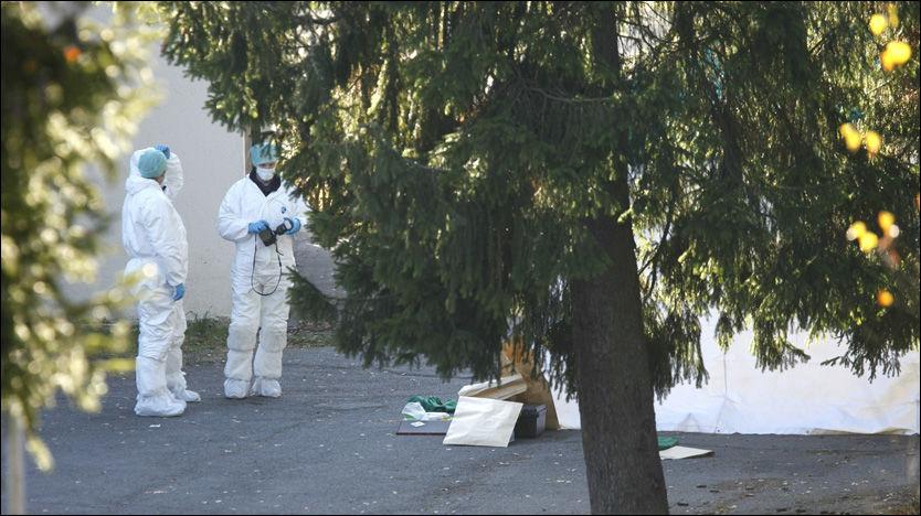 ETTERFORSKER: Kriminalteknikere har hele søndag arbeidet på stedet der en kvinne ble funnet død. Foto: Scanpix