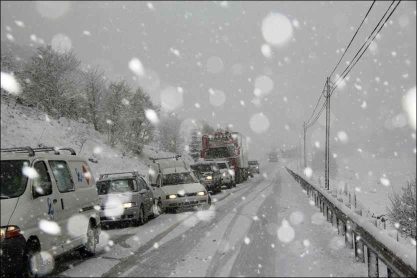 SNØKAOS: Torsdag har det vært fullt snøkaos på veiene på Sør-Vestlandet. Her fra E-39 ved Bue. Foto: Scanpix