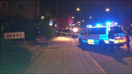 NY SKYTEEPISODE: Store politistyrker er på stedet der en mann av iransk opprinnelse skal ha blitt skutt etter i Lönngatan i kveld. Foto: Tanja Irén Berg