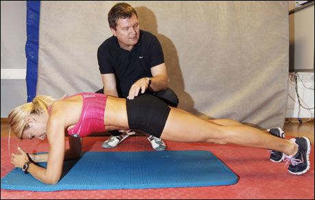 SOLID KJERNE: Planke utføres riktig når du kjenner at det er bukmuskulaturen som belastes mest. Hold så lenge du orker. Øvelsen kan enkelt gjøres enda tyngre ved å heve og senke ett og ett ben.