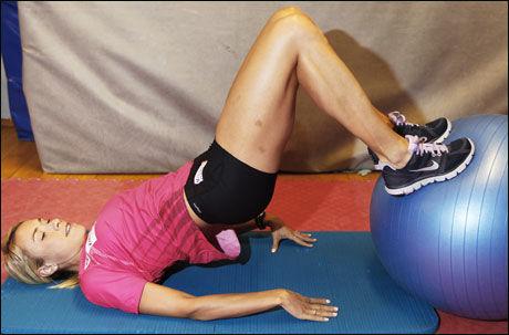 STABILE HOFTER OG LEGGER: Med stillingen på bildet som utgangspunkt, ruller du pilatesballen sakte frem og tilbake med bena. Når du ruller den mot kroppen skal du ha 90 graders vinkel i knærne før du ruller den utover igjen.